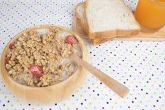 Bunken av frukostmysli med havren och vete flagar blandat med torkat - frukt och muttrar i en träbunke Arkivfoton