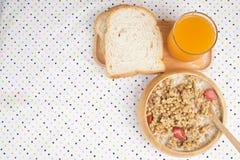 Bunken av frukostmysli med havren och vete flagar blandat med torkat - frukt och muttrar i en träbunke Royaltyfria Foton