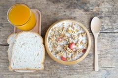 Bunken av frukostmysli med havren och vete flagar blandat med torkat - frukt och muttrar i en träbunke Fotografering för Bildbyråer