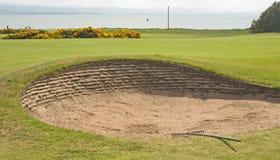 Bunker auf Golfplatz durch das Meer. Lizenzfreie Stockfotos