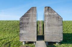 Bunker av förstärkt betong som sågas i halvor Arkivbilder