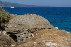 Bunker difensivo sulla spiaggia in Albania fotografie stock libere da diritti