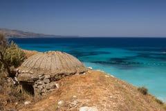 Bunker difensivo sulla spiaggia in Albania fotografia stock