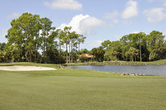 Bunker en watergevaar op golfcursus Stock Foto's