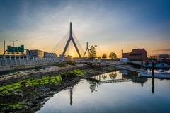 bunker hill bostonu most zakim Leonard p Zakim bunkieru wzgórza most przy zmierzchem, w Boston, Ma Obrazy Stock