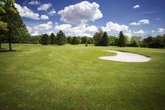 Bunker op golfcursus en bewolkte hemel Stock Foto's
