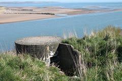 Bunker som WW2 förbiser stranden i Skottland Arkivbilder
