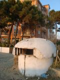 Bunker am Strand im Durres-/Albanien-Bett Kabinendach stockfotos