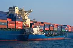 Bunkering罐车俄国海岛集装箱船现代公司 不冻港海湾 东部(日本)海 19 04 2014年 库存照片