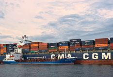 Bunkering罐车俄国海岛集装箱船CMA CGM公司 不冻港海湾 东部(日本)海 30 06 2015年 库存图片
