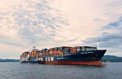 Bunkering罐车俄国海岛集装箱船CMA CGM埃菲尔 不冻港海湾 东部(日本)海 30 06 2015年 图库摄影