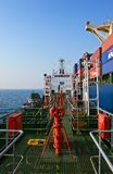 Bunkering罐车公司Nayada海洋集装箱船 不冻港海湾 东部(日本)海 19 04 2014年 免版税库存照片
