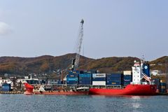 Bunkering罐车Platovo集装箱船Kunashir,站立在码头 不冻港海湾 东部(日本)海 01 08 2014年 库存照片