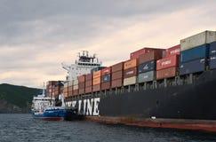 Bunkering罐车Zaliv沃斯托克集装箱船NYK Rigel 不冻港海湾 东部(日本)海 02 07 2015年 库存图片