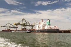 Bunkering statek w porcie zdjęcie royalty free