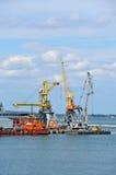 Bunkerschip (de tanker van de brandstofaanvulling) onder havenkraan stock fotografie