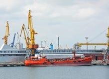 Bunkerschip (de tanker van de brandstofaanvulling) onder havenkraan Stock Afbeeldingen