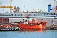 Bunkerschip en sleepboot onder havenkraan Royalty-vrije Stock Afbeeldingen