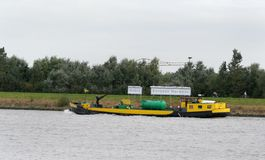bunkerschip op de rivier Beneden Merwede stock fotografie