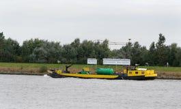 bunkerskepp på floden Beneden Merwede Arkivbild