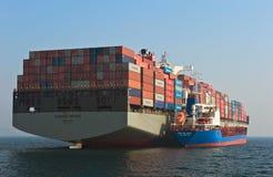 Bunkra den Hamber för skepp för tankfartygSvyatoy Petr behållare bron Nakhodka fjärd Östligt (Japan) hav 19 04 2014 Arkivbild
