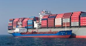 Bunkra den Hamber för skepp för tankfartygSvyatoy Petr behållare bron Nakhodka fjärd Östligt (Japan) hav 19 04 2014 Arkivbilder