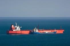 Bunkra den tankfartygNicholay Shalavin tankfartyget Zaliv Amerika Nakhodka fjärd Östligt (Japan) hav 30 03 2014 Arkivfoton