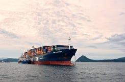 Bunkra för öbehållare för tankfartyg rysk CMA för skepp CGM Eiffel Nakhodka fjärd Östligt (Japan) hav 30 06 2015 royaltyfria bilder