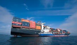 Bunkra skeppet för tankfartygOstrov Russkiy behållare NYK Aphrodita Nakhodka fjärd Östligt (Japan) hav 17 09 2015 royaltyfri bild