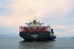 Bunkra skeppet för tankfartygVitaly Vanukhin behållare MSC Meline Nakhodka fjärd Östligt (Japan) hav 22 07 2015 arkivbild