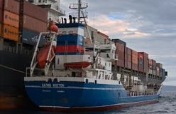 Bunkra skeppet för tankfartygZaliv Vostok behållare NYK Rigel Nakhodka fjärd Östligt (Japan) hav 02 07 2015 Royaltyfria Bilder