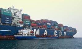 Bunkra tankfartyget Ostrov Russkiy en stor CMA för behållareskepp CGM Gidra Nakhodka fjärd Östligt (Japan) hav 22 07 2015 royaltyfri fotografi