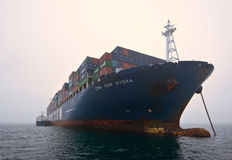 Bunkra tankfartyget Ostrov Russkiy en stor CMA för behållareskepp CGM Gidra Nakhodka fjärd Östligt (Japan) hav 22 07 2015 royaltyfria foton