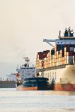 Bunkra tankfartyget Vitaly Vanyhin ett stort Cosco för behållareskepp företag Nakhodka fjärd Östligt (Japan) hav 01 08 2014 Arkivbilder