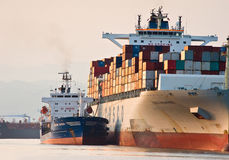 Bunkra tankfartyget Vitaly Vanyhin ett stort Cosco för behållareskepp företag Nakhodka fjärd Östligt (Japan) hav 01 08 2014 Arkivbild