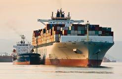 Bunkra tankfartyget Vitaly Vanyhin Filippinerna för behållareskepp en COSCO Nakhodka fjärd Östligt (Japan) hav 01 08 2014 Arkivfoto