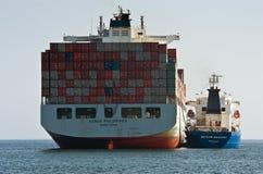 Bunkra tankfartyget Vitaly Vanyhin Filippinerna för behållareskepp en COSCO Nakhodka fjärd Östligt (Japan) hav 01 08 2014 Royaltyfri Foto