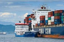 Bunkra tankfartyget Zaliv Nakhodka en stor för CMA för behållareskepp Marlin CGM Nakhodka fjärd Östligt (Japan) hav 02 08 2015 Fotografering för Bildbyråer