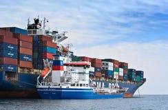 Bunkra tankfartyget Zaliv Nakhodka en stor för CMA för behållareskepp Marlin CGM Nakhodka fjärd Östligt (Japan) hav 02 08 2015 Royaltyfri Fotografi