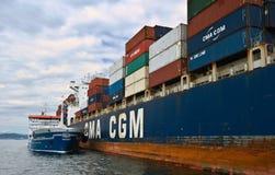 Bunkra tankfartyget Zaliv Nakhodka en stor för CMA för behållareskepp Marlin CGM Nakhodka fjärd Östligt (Japan) hav 02 08 2015 Royaltyfria Bilder