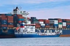 Bunkra tankfartyget Zaliv Nakhodka en stor för CMA för behållareskepp Marlin CGM Nakhodka fjärd Östligt (Japan) hav 02 08 2015 Arkivbilder