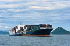 Bunkra tankfartyget Zaliv Nakhodka en stor för CMA för behållareskepp Marlin CGM Nakhodka fjärd Östligt (Japan) hav 02 08 2015 Arkivfoton