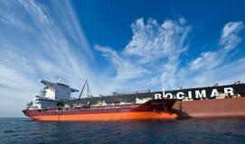 Bunkra tankfartygGazpromneft Zuid den östliga bäraren i stora partier FMG Cloudbreak Nakhodka fjärd Östligt (Japan) hav 17 09 201 royaltyfria bilder