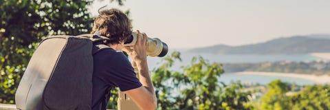 BUNNER-de mens bekijkt in verrekijkers Met munten het overzees stock foto