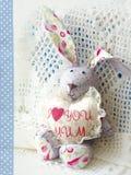 逗人喜爱的野兔 拿着与题字的愉快的母亲节bunnie心脏我爱妈咪 看板卡日德国问候母亲s文本 免版税图库摄影