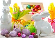 bunnies ζωηρόχρωμα αυγά Πάσχας διακοσμήσεων Στοκ εικόνα με δικαίωμα ελεύθερης χρήσης