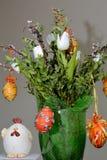 bunnies ζωηρόχρωμα αυγά Πάσχας διακοσμήσεων στοκ εικόνα