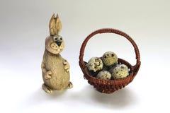 bunny καλαθιών αυγά Πάσχας Στοκ φωτογραφία με δικαίωμα ελεύθερης χρήσης