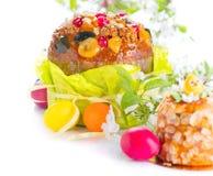 bunny σκηνή λιβαδιών Πάσχας Παραδοσιακό κέικ και ζωηρόχρωμα χρωματισμένα αυγά Σχέδιο συνόρων διακοπών Πάσχας που απομονώνεται σε  στοκ εικόνα με δικαίωμα ελεύθερης χρήσης