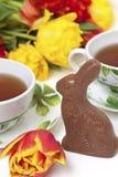 bunny τουλίπες τσαγιού Πάσχας σοκολάτας στοκ φωτογραφία με δικαίωμα ελεύθερης χρήσης